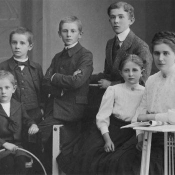 Fritz Griebel (2. v. l.), Alexander, Paul, Heinrich, Käthe, Anna, um 1912.